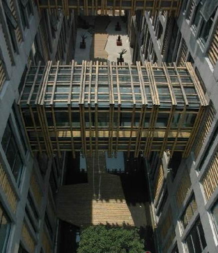 首先吸引人眼球的是高低错落的空中连廊,在普通的钢架与玻璃的表面上